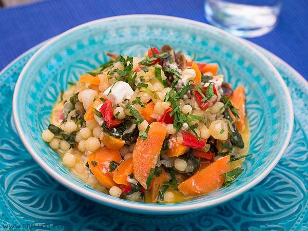 Libanesischer Couscous mit Gemüse, Datteln und Feta