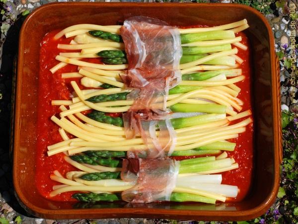 Spargel-Makkaroni-Päckchen auf Tomatensauce