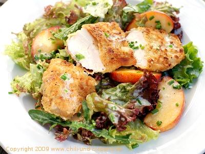 Hähnchenbrust in der Mandelkruste, Salat mit Pfirsich und Buttermilchdressing