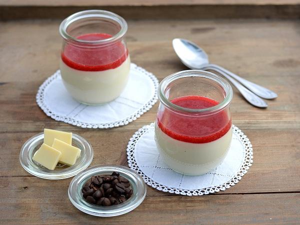 Weiße Kaffeemousse mit Johannisbeer-Himbeer-Coulis