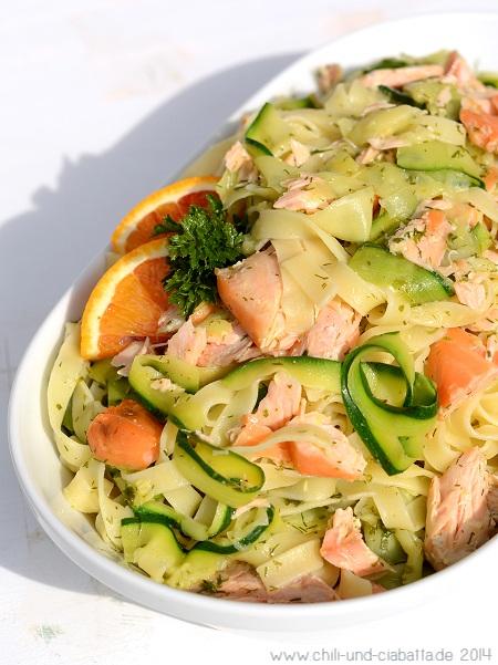 Zucchini-Bandnudeln mit Stremellachs und Orangen-Dill-Sauce