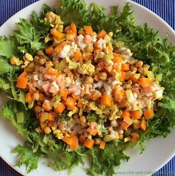 Orangen-Hühnerhack-Pfanne mit Möhren, Fenchel und Kichererbsen auf Salat