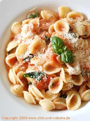 Orecchiette mit gegrillter Tomaten-Basilikum-Sauce
