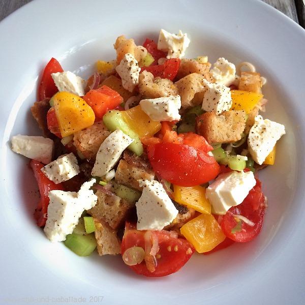 Gemüse-Brotsalat mit Tomaten und Stracchino