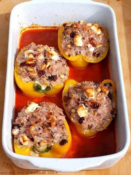 Geschmorte Paprika mit Rosinen-Feta-Pilaw