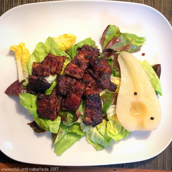 Miso-Schweinebauch mit marinierter Birne auf Salat