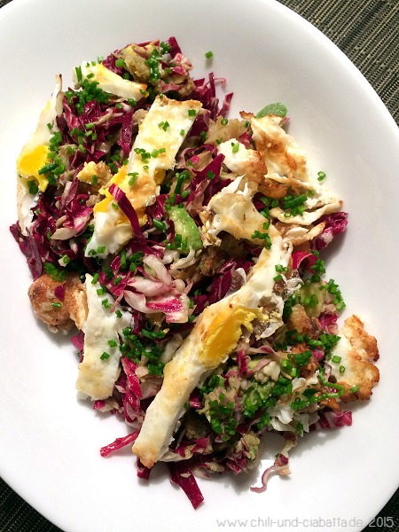 Salat mit Radicchio, Thunfisch, Avocado und Spiegelei