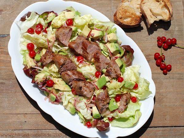 Salat mit Rehfilet, Avocado und Johannisbeer-Dressing