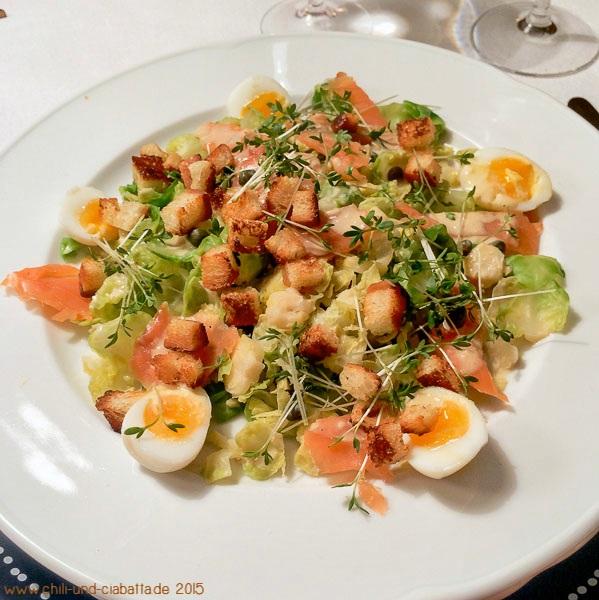 Rosenkohl-Caesar-Salat mit Räucherlachs, Wachteleiern und Croûtons