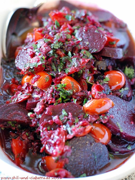 Rote Bete mit knusprigem Speck und Tomaten