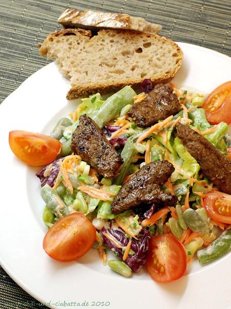 Pfeffrige Kalbsleber auf Salat mit Gorgonzola-Dressing