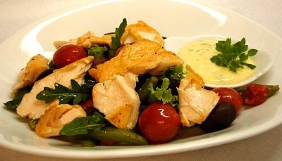 Lachs auf Bohnen-Tomaten-Salat