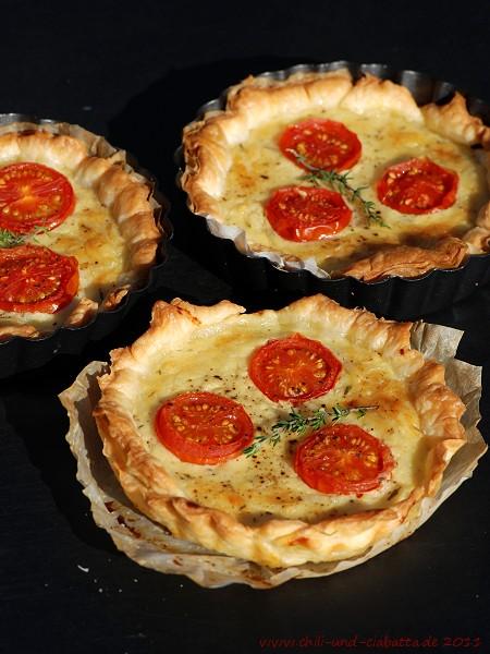 Ziger-Törtchen mit Zwiebeln und Tomaten