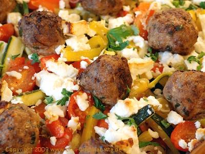 Gemüseauflauf mit Hackbällchen und Schafskäse