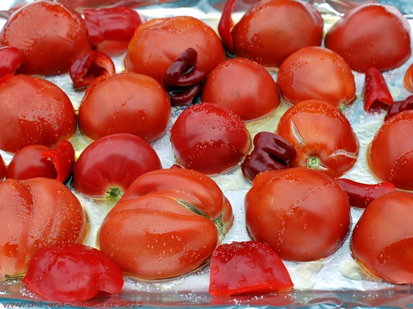 Tomaten, Paprika und Chilis auf dem Blech