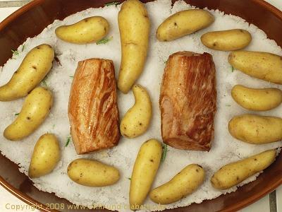 Schweinefilet und Kartoffeln auf Salz