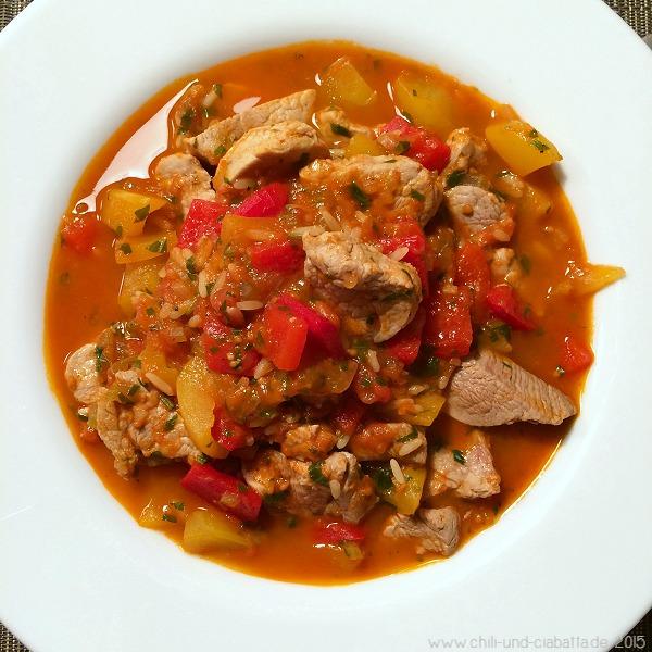 Schweinefilettopf mit Paprika, Tomaten und einem Hauch von Reis