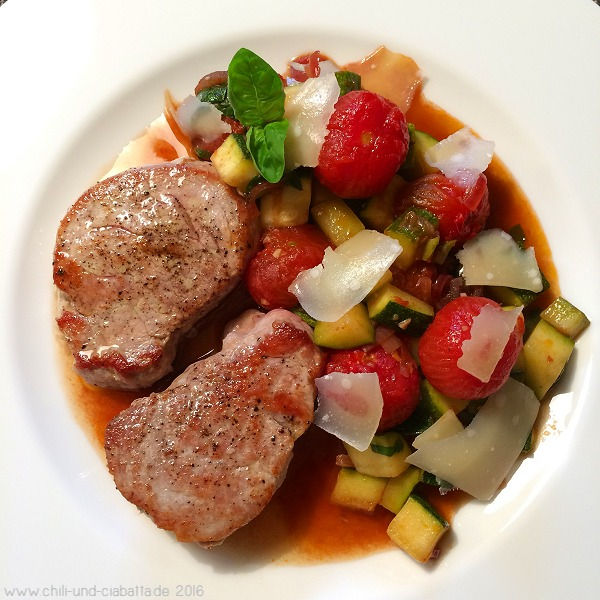 Schweinemedaillons, Tomaten-Zucchini-Gemüse mit Balsamico und Basilikum