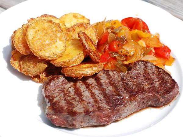 Steak mit Paprikagemüse und Parmesankartoffeln