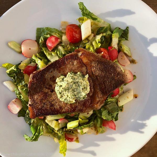Steaks auf lauwarmem Salat mit Zitronen-Kräuterbutter