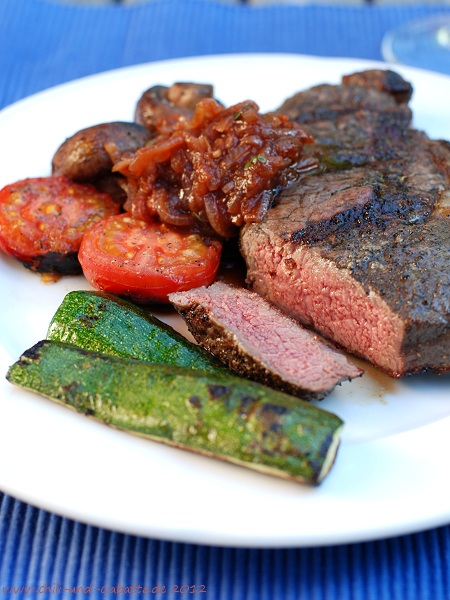 Steak, gegrilltes Gemüse und Tomaten-Zwiebel-Balsamico-Sauce