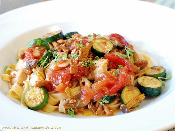 Tagliatelle mit Hähnchenbrust, geschmorten Tomaten, Zucchini, Pfifferlingen