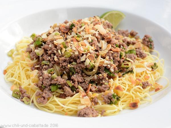Thai-Hack-Salat auf Tagliolini