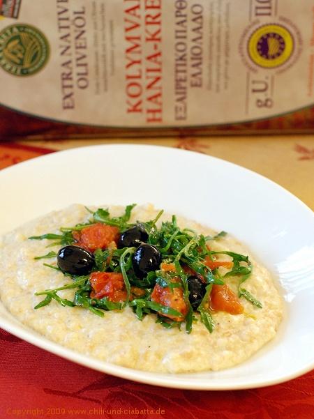 Trachanas mit Käse, Oliven, Tomaten und Rucola