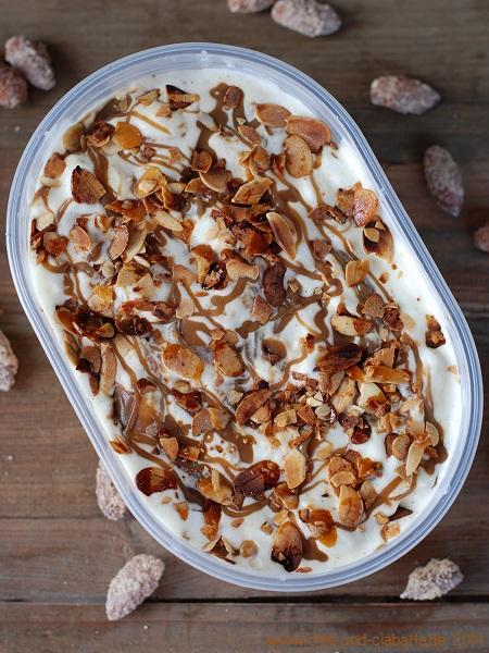 Vanilleeis mit salziger Toffessauce und gebrannten Mandeln