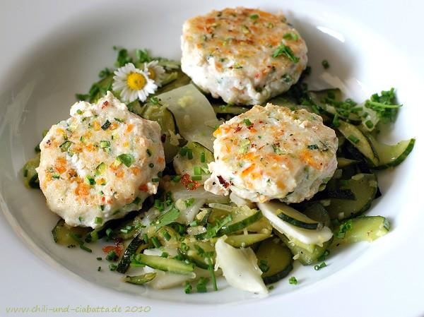 Zanderfrikadellen auf glasiertem Gurken-Ingwer-Gemüse